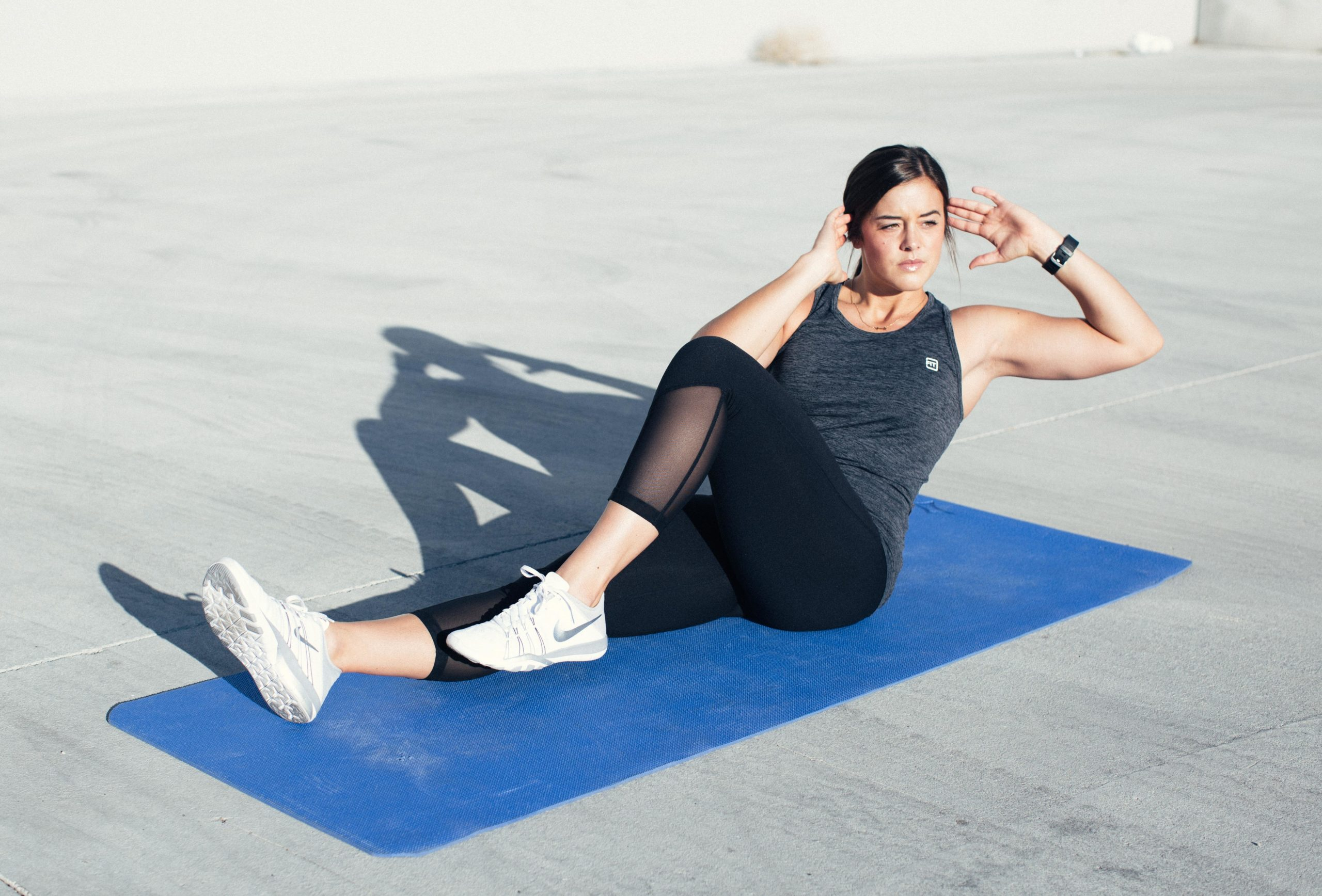 woman abdominal exercises cycle crunches